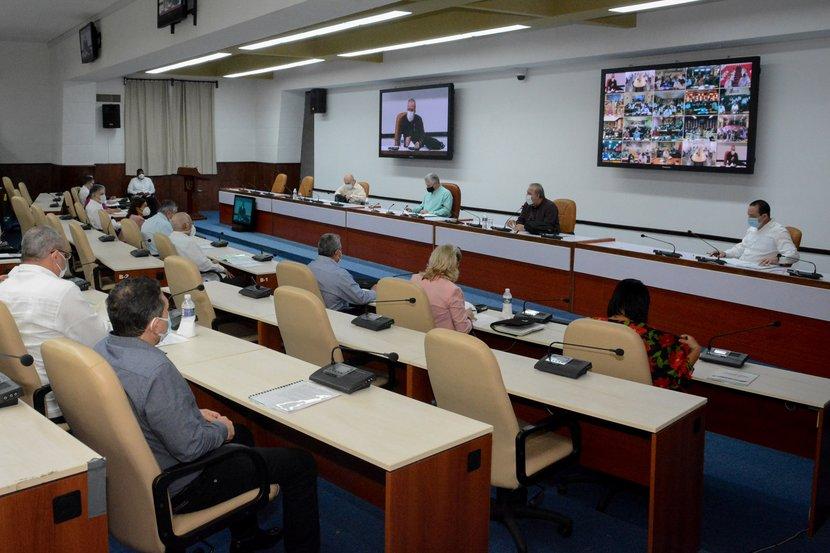 Díaz-Canel y Marrero Cruz presidieron el encuentro con directivos y especialistas del Ministerio de Salud Pública. (Foto: Estudios Revolución)