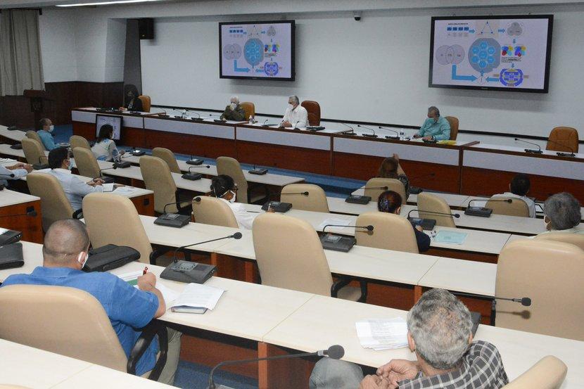 Díaz-Canel encabezó la primera sesión de trabajo con directivos del Ministerio de Energía y Minas, y científicos y expertos vinculados a ese sector. (Foto: Estudios Revolución)