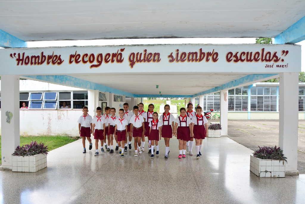La escuela que Camilo prometió a Meneses en plena guerra fue inaugurada por Fidel en 1971.