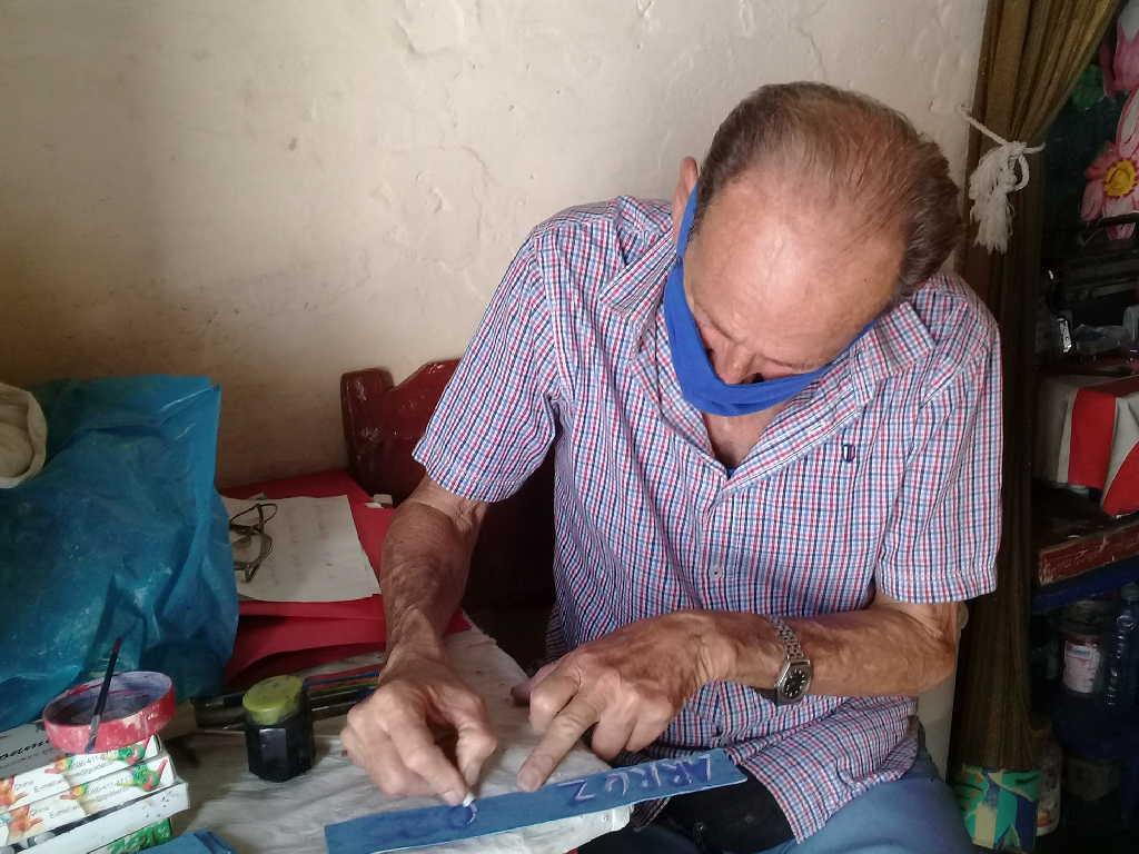 Primero como decorador y luego como rotulista, Febrero lleva ya cinco décadas en el sector del Comercio. (Fotos: Delia Proenza)