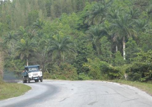 La carretera enlaza los poblados de Manaca Iznaga y Condado con Güinía de Miranda, en Villa Clara.