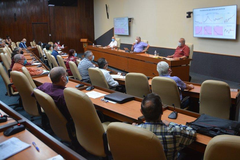 El presidente cubano sostuvo este martes un nuevo encuentro con científicos y expertos vinculados al enfrentamiento a la COVID-19. (Foto: Estudios Revolución)