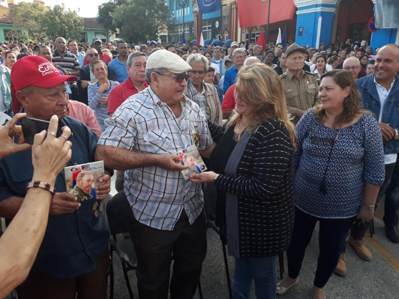 Oscar Alonso, con gorra blanca, junto a las máximas autoridades de la provincia durante la rememroación del paso de la Caravana de la Libertad por Sancti Spíritus.
