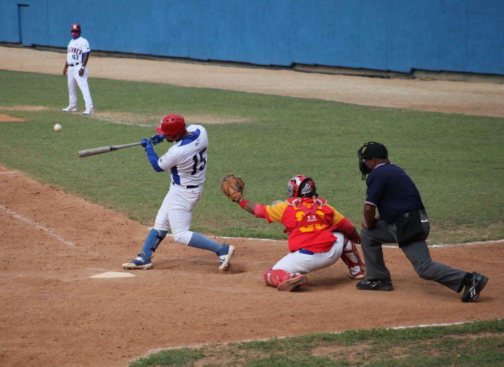 Guillermo García (al bate) fue elegido el Jugador Más Valioso de la final.