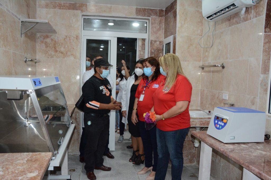 Las máximas autoridades del Partido y el Gobierno en la provincia recibieron explicaciones acerca de los equipos allí instalados. (Foto: Vicente Brito/ Escambray)