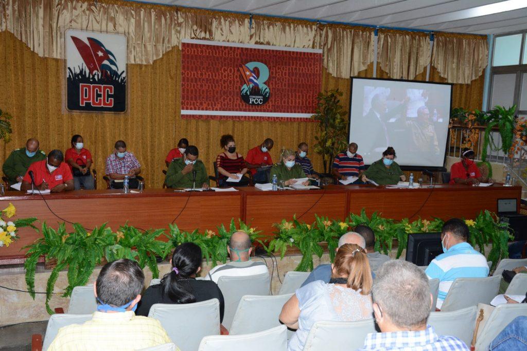 Los asistentes al encuentro visualizaron varios momentos del VIII Congreso, entre ellos el discurso de clausura de Miguel Díaz-Canel Bermúdez. (Foto: Vicente Brito / Escambray)