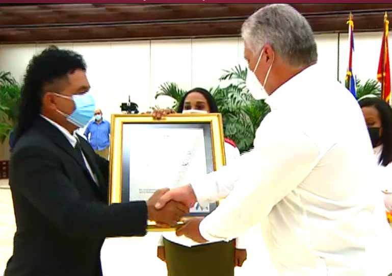Ramón Conrado López fue condecorado con el Título Honorífico de Héroe de la República de Cuba. (Foto: Captada de la TV Cubana)