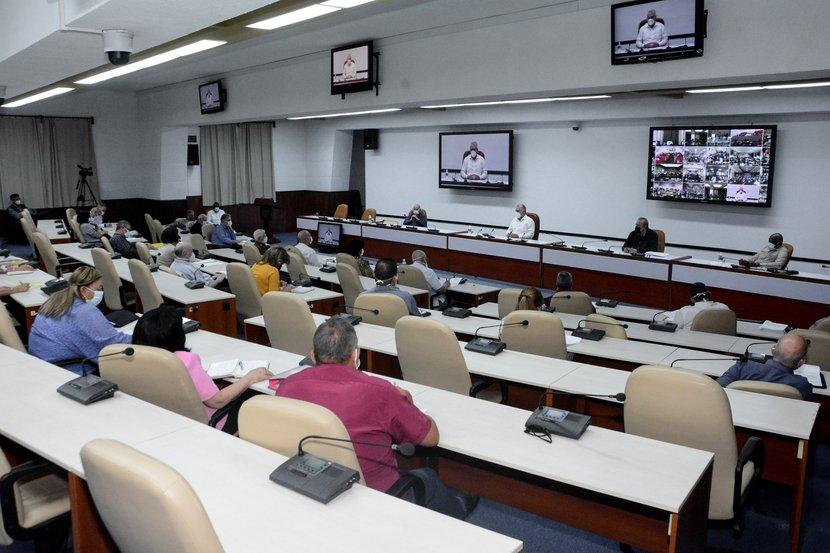 Díaz-Canel encabezó el encuentro de trabajo con productores agropecuarios, expertos y científicos de diferentes ramas, así como representantes de varias instituciones. (Foto: Estudios Revolución)