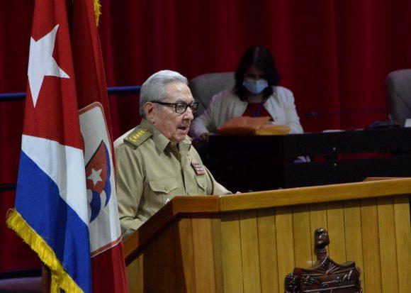 El General de Ejército Raúl Castro Ruz presentó el Informe Central del 8vo Congreso del Partido. (Foto: Juvenal Balán / Granma)