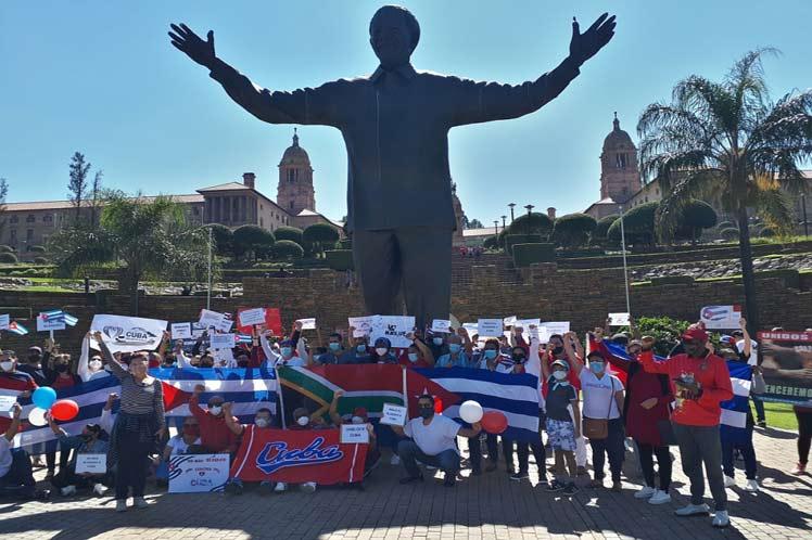 En Sudáfrica, cubanos y amigos solidarios unieron sus voces en rechazo al bloqueo. (Foto: PL)