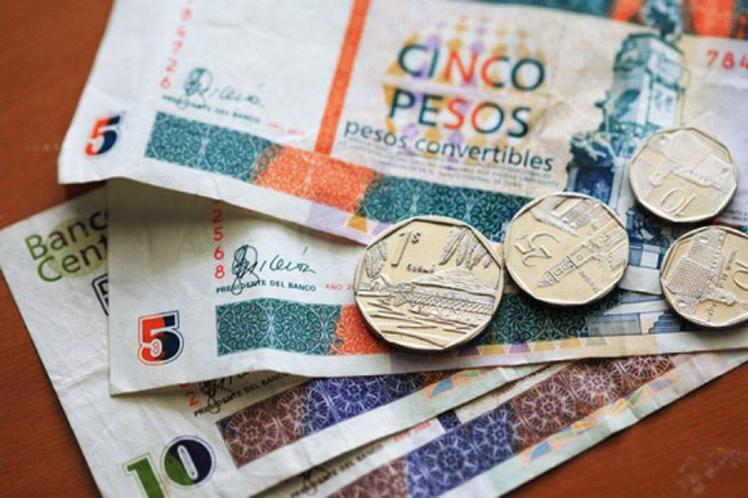 La población tiene seis meses para cambiar y gastar los CUC en su poder. (Foto: PL)