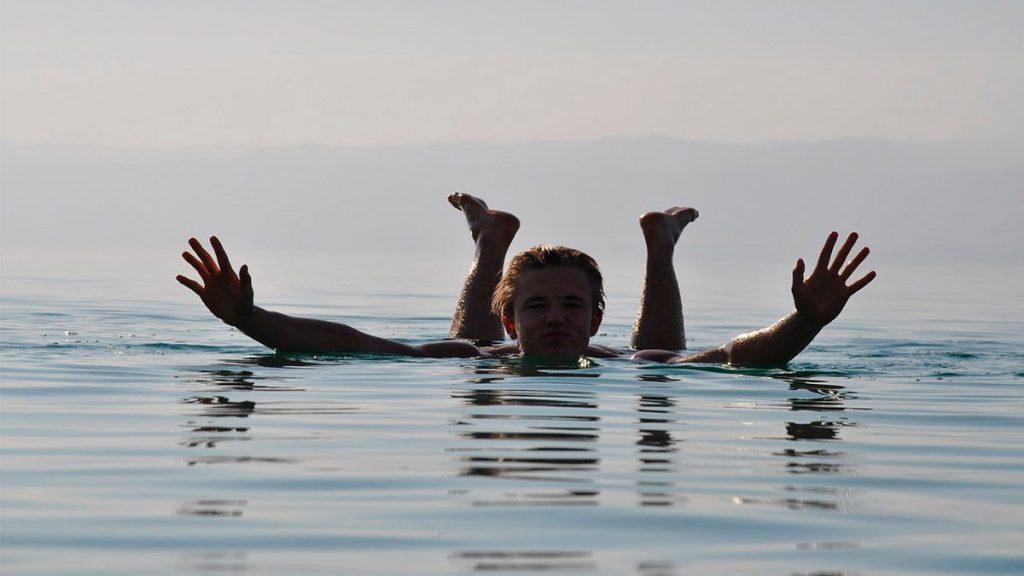 La alta concentración de sal en sus aguas, hace flotar a los visitantes.