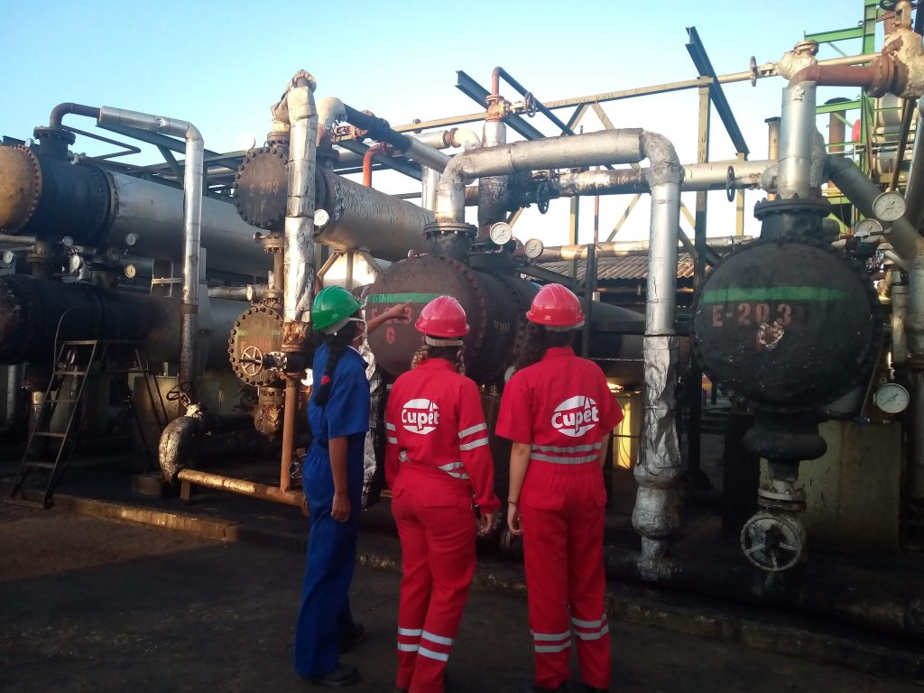 Los jóvenes supervisan el proceso de producción. (Fotos: Yanelys Morales González)