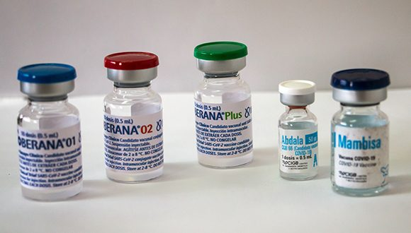 Bulbos multidosis y monodosis de los candidatos vacunales cubanos contra la COVID-19. (Foto: Abel Padrón Padilla / Cubadebate)