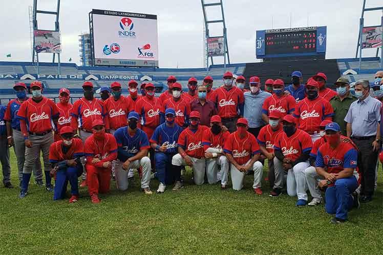 Los peloteros cubanos ratificaron a Díaz-Canel su entrega para alcanzar el boleto olímpico. (Foto: Twitter @PresidenciaCuba)