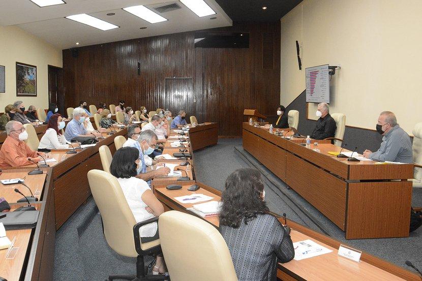 Díaz-Canel y Manuel Marrero sostuvieron un nuevo encuentro con expertos y científicos que han contribuido al enfrentamiento a la COVID-19. (Foto: Estudios Revolución)