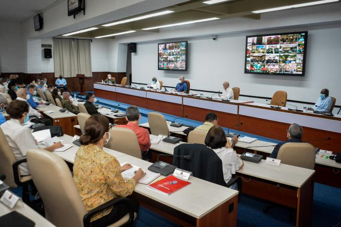 Díaz-Canel llamó a debatir con objetividad las ideas y conceptos emanados del 8vo Congreso. (Foto: Estudios Revolución)