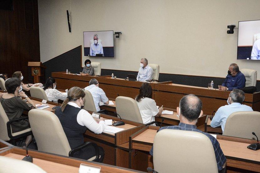 Díaz-Canel encabezó el encuentro de trabajo con directivos, científicos y expertos asociados al sector de las telecomunicaciones y la informática. (Foto: Estudios Revolución)