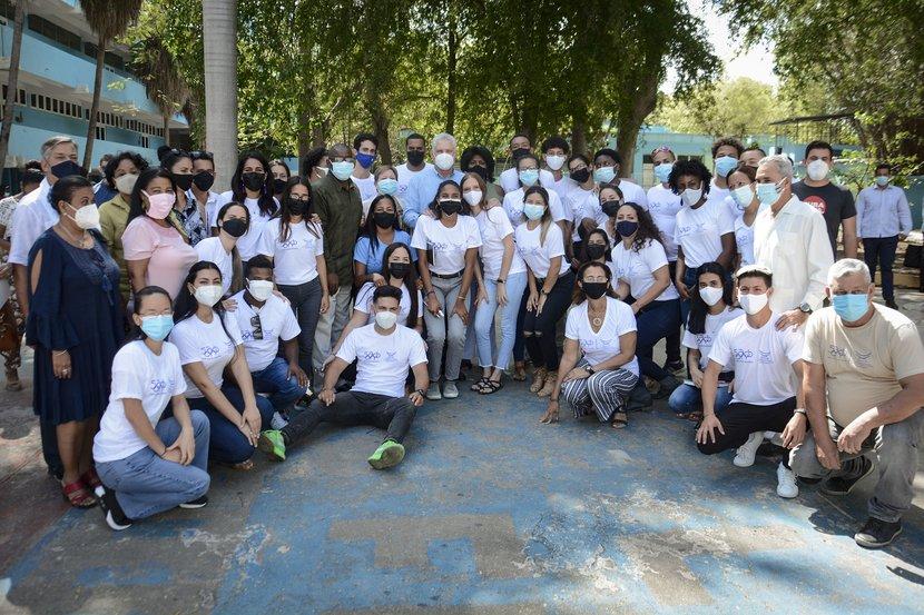 """Momento con estudiantes de la UCCFD """"Manuel Fajardo"""". (Foto: Estudios Revolución)"""