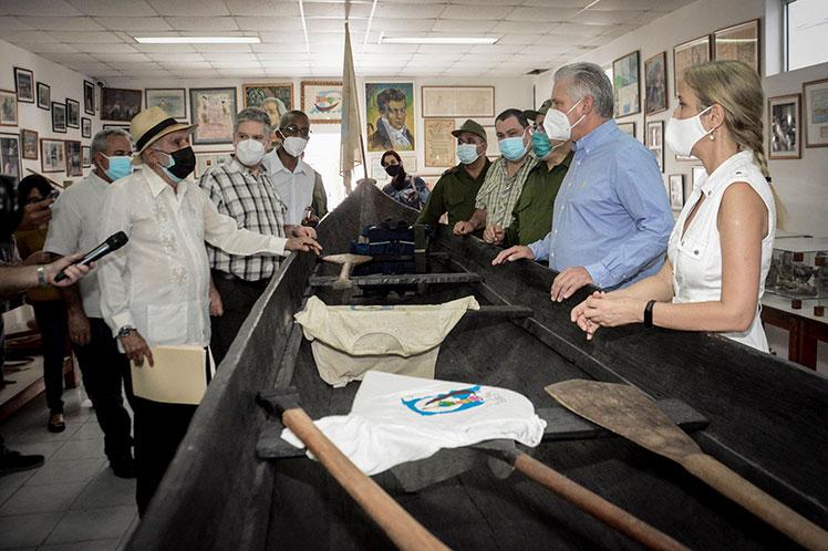 En la Fundación de la Naturaleza y el Hombre Antonio Núñez Jiménez, el presidente cubano recibió información acerca de la labor del centro. (Foto: PL)