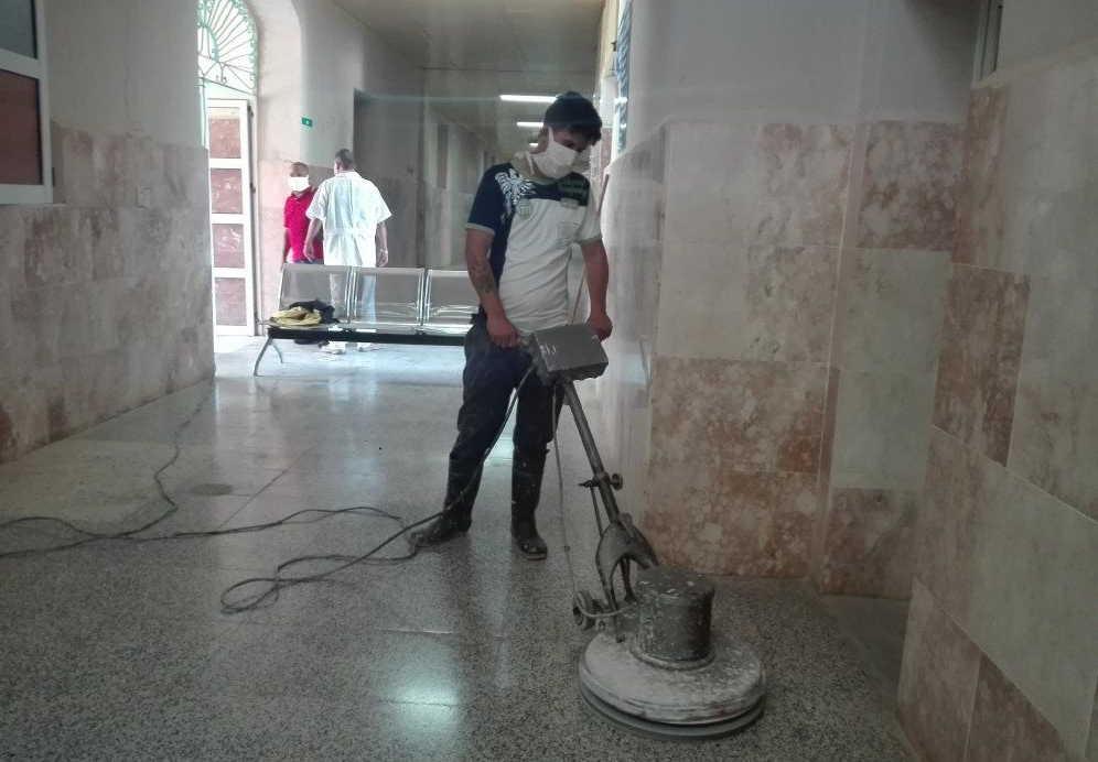El joven Misdiel Hernández reconoce la labor del personal de salud en tiempos de pandemia. (Fotos: Ana Martha Panadés)