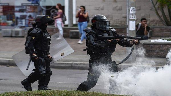 Agentes antidistrubios emplean armas letales contra los participantes de las protestas. (Foto: Colprensa)
