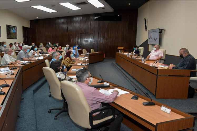 En la reunión del grupo temporal, Manuel Marrero enfatizó en el papel de los municipios en el enfrentamiento a la pandemia. (Foto: Estudios Revolución)
