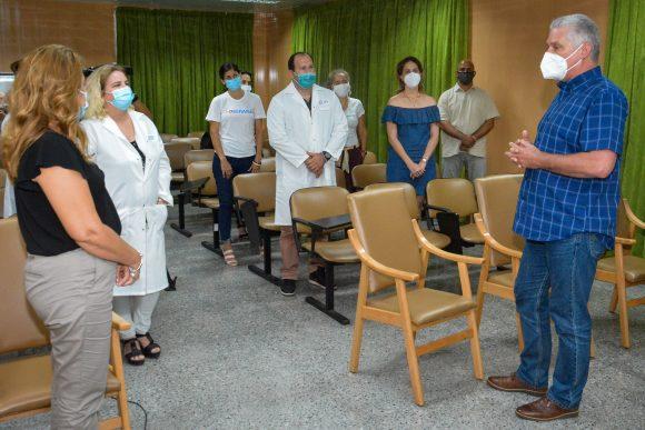 El presidente cubano intercambia con los científicos. (Foto: Estudio Revolución)