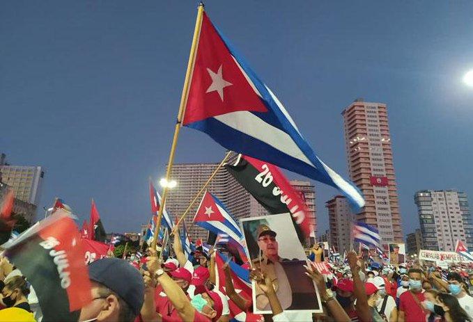 Los habaneros ratificaron el apoyo a la Revolución, la defensa de la Constitución y la condena a la violencia y el bloqueo. (Foto: Yosuan Palacios)