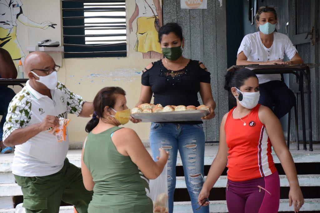 Un mínimo de condiciones imprescindibles y garantía de alimentación se ofrecen en los sitios que funcionan como centros de evacuación. (Foto: Vicente Brito / Escambray)