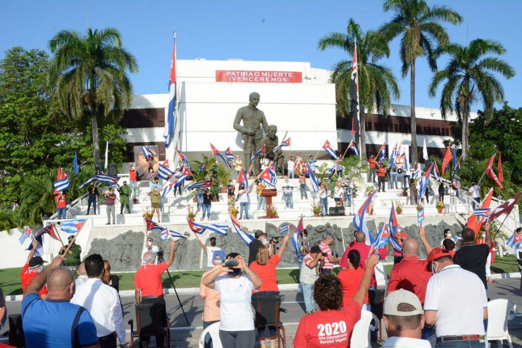 En medio de un mar de banderas, Sancti Spíritus ratificó su respaldo al proyecto social que escogimos los cubanos hace 60 años. (Fotos: Vicente Brito / Escambray)