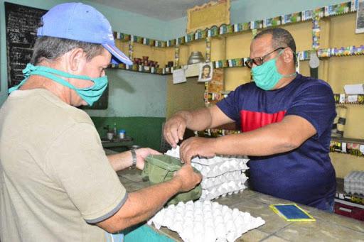 El objetivo es continuar vendiendo los productos para disminuir los inventarios existentes en las bodegas. (Foto: Vicente Brito / Escambray)