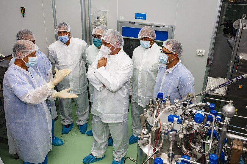 Díaz-Canel visitó, entre otros sitios, el Centro de Inmunología Molecular, una prestigiosa institución científica cubana. (Foto: Estudios Revolución)