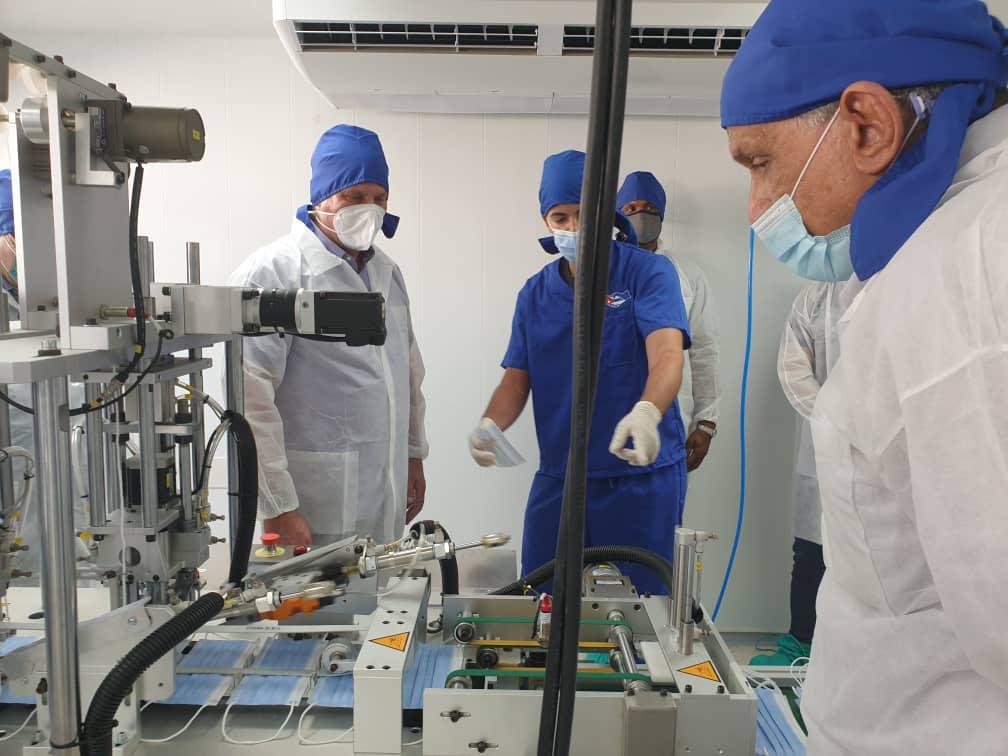 Díaz-Canel recibió una explicación acerca del rendimiento de la Planta del Centro de Neurociencias. (Foto: @BioCubaFarma)