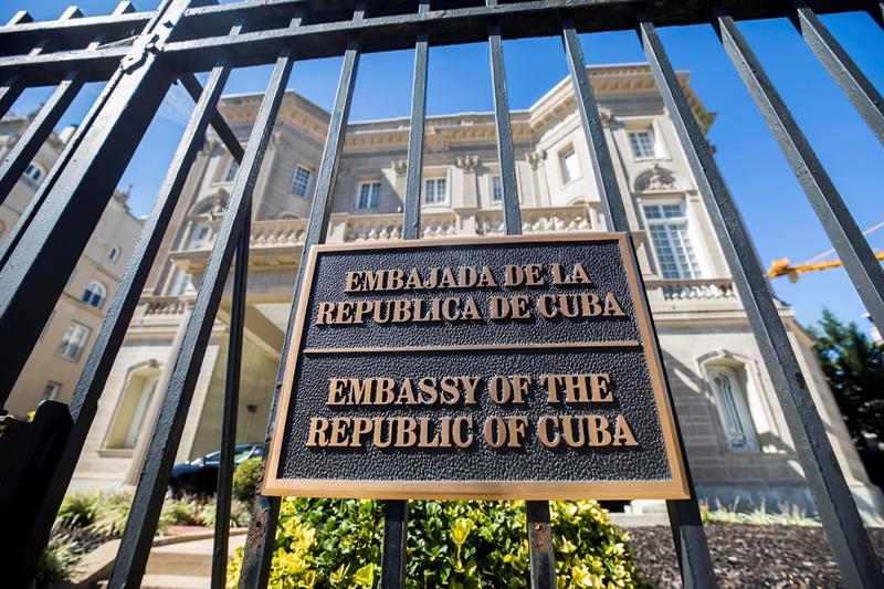 Muchos de los carteles colocados en el perímetro de la sede diplomática en Washington DC, contienen mensajes de odio. (Foto: EFE)