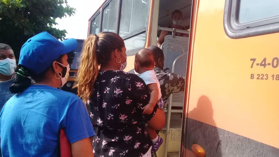 La evacuación se realiza con el dispositivo tradicional de transporte, el tren y las guaguas; también bajo medidas sanitarias y de seguridad vial.