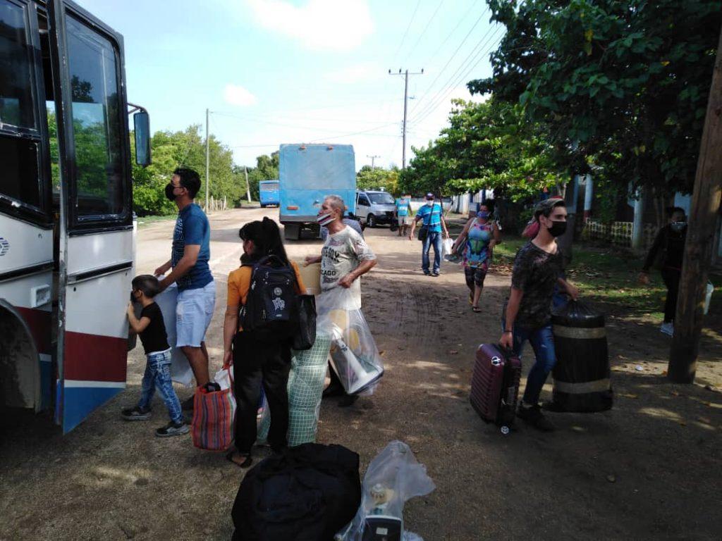 Unos 130 ómnibus del sector del Transporte en el territorio intervienen en la evacuación.