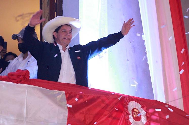 Desde el balcón de la vieja casona convertida en sede partidaria, Castillo llamó a la unidad nacional sin diferencias. (Foto: PL)