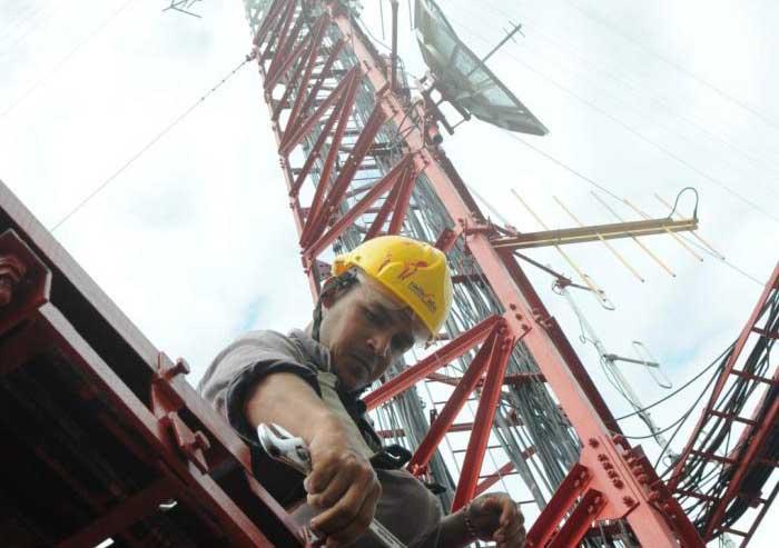 El personal de RadioCuba ha laborado en la revisión y aseguramiento de las instalaciones para evitar que el embate de los vientos pueda dañarlas. (Foto: Vicente Brito / Escambray)