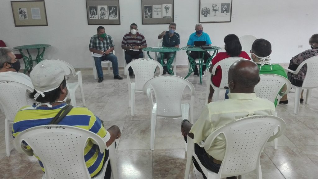En el intercambio entre los artistas e intelectuales participó Roberto Pérez Jiménez, miembro del Buró Provincial del PCC, junto a directivos del sector cultural en Sancti Spíritus. (Foto: Lisandra Gómez)