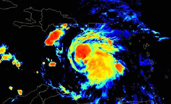 Elsa debe continuar moviéndose durante la mañana por los mares al sur de la Española.