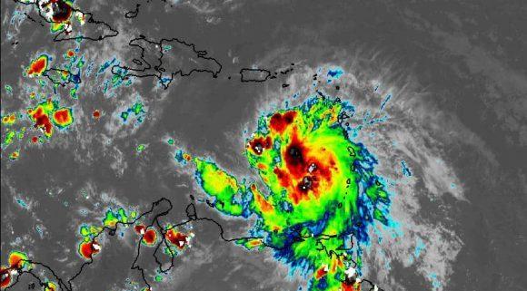 En las próximas 12 a 24 horas el huracán continuará con similar rumbo y poco cambio en su velocidad de traslación.