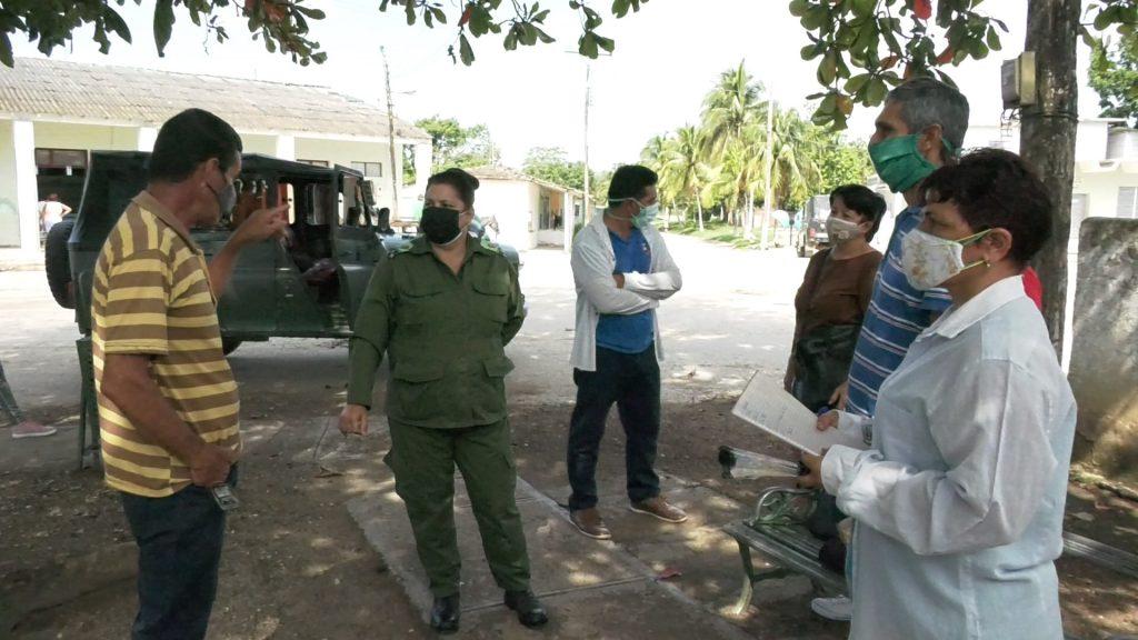 La máxima dirección del Consejo de Defensa Municipal de Fomento chequea medidas implementadas en la comunidad de Agabama. (Foto: Dayenis López Rodríguez)