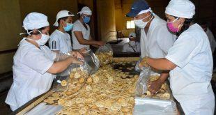 La fábrica de galletas de Sancti Spíritus trabaja de forma continua para asegurar la entrega de un paquete del producto por cada núcleo familiar. (Foto: Vicente Brito/ Escambray)