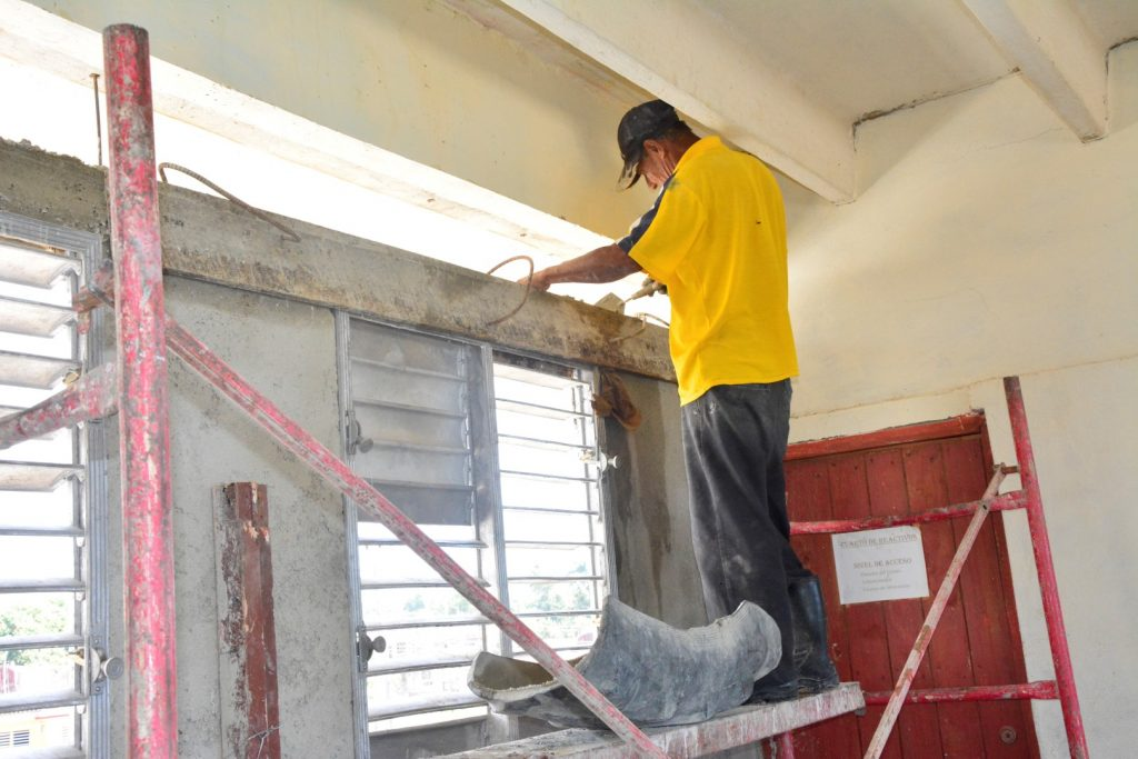 El cambio de carpintería, la reparación de las cubiertas, así como de las redes eléctricas e hidrosanitarias constituyen las principales faenas realizadas en estos centros.