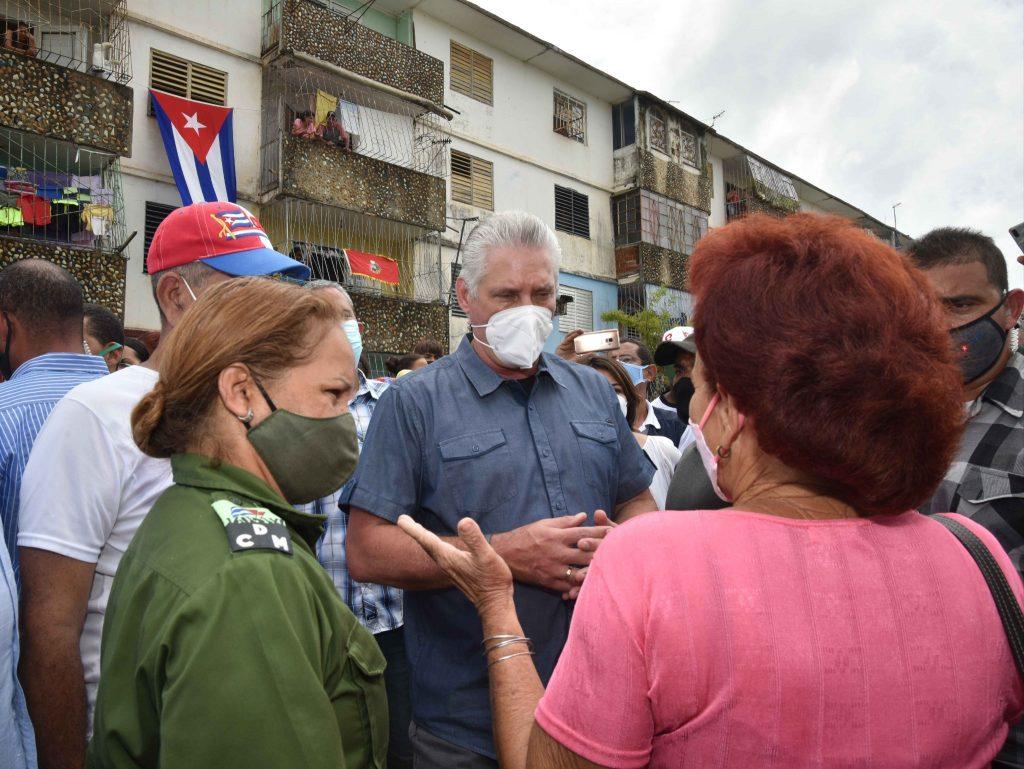 El mandatario dialogó con pobladores de la Isla, donde se avanza en la recuperación del servicio eléctrico. (Foto: @demevilla)