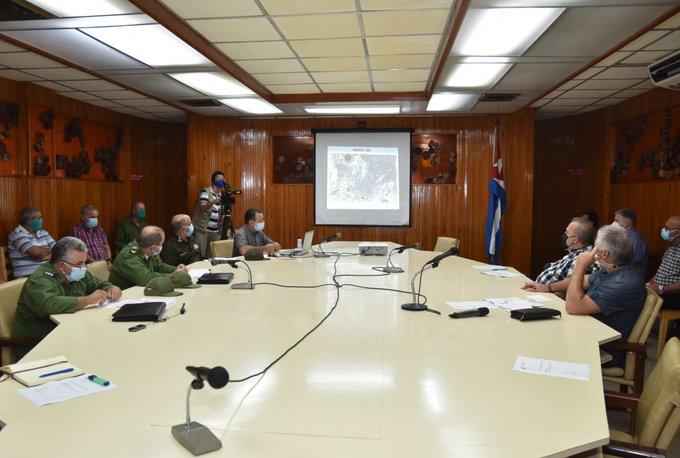Díaz-Canel evalúa en Pinar del Río, junto con Manuel Marrero y varios ministros, el impacto del huracán Ida y la estrategia para la recuperación. (Foto: @PresidenciaCuba)