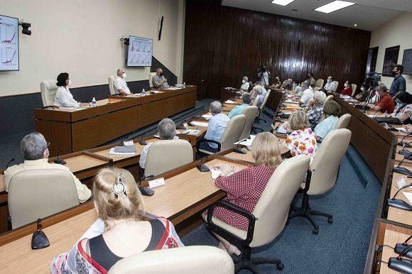 Díaz-Canel encabezó el encuentro con científicos y expertos que laboran en el enfrentamiento de la pandemia. (Foto: Estudios Revolución)
