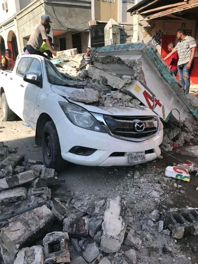 El sismo provocó severos daños en la infraestructura. (Foto: @teleSUR)