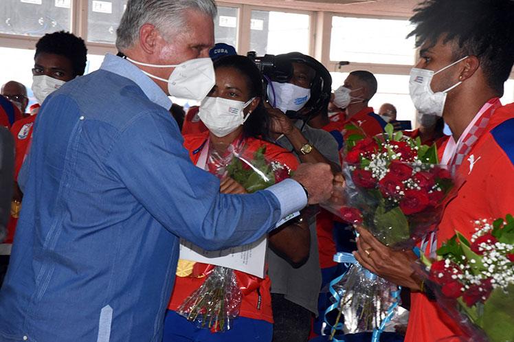Durand y su guía Yuniol Kindelán reciben el saludo del presidente cubano a su retorno a la Patria. (Foto: PL)